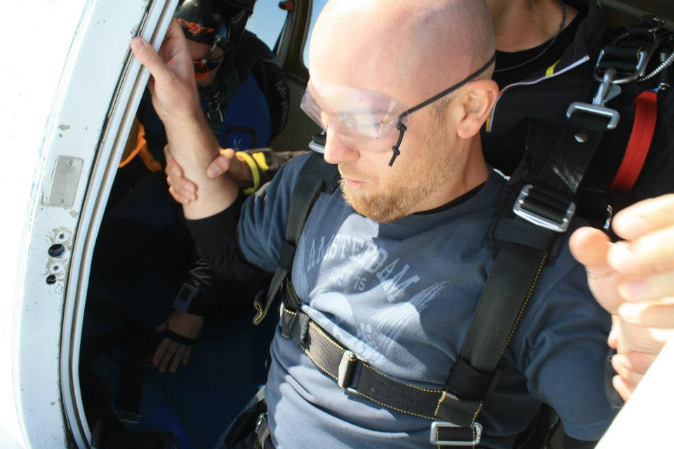 Looking down.... I'm about to jump out of a plane. Skydiving Gatineau!